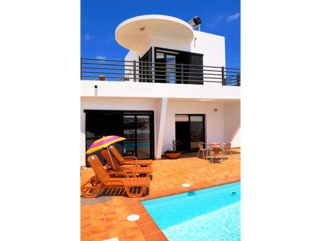 This Villa Blanca is a special site where you can enjoy the beautiful beach of Puerto del Carmen.